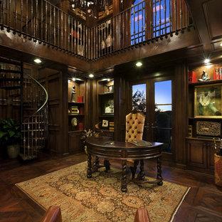Inspiration för medelhavsstil arbetsrum, med mörkt trägolv och ett fristående skrivbord