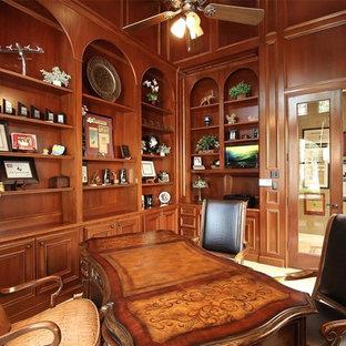 Стильный дизайн: огромное рабочее место в средиземноморском стиле с коричневыми стенами, полом из травертина, отдельно стоящим рабочим столом и бежевым полом - последний тренд