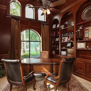 Свежая идея для дизайна: огромное рабочее место в средиземноморском стиле с коричневыми стенами, полом из травертина, отдельно стоящим рабочим столом и бежевым полом - отличное фото интерьера