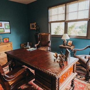オースティンの小さいサンタフェスタイルのおしゃれな書斎 (青い壁、無垢フローリング、暖炉なし、自立型机、茶色い床) の写真