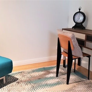 他の地域の小さいインダストリアルスタイルのおしゃれなホームオフィス・仕事部屋 (白い壁、竹フローリング、黄色い床) の写真