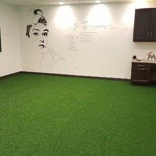 Imagen de despacho minimalista, de tamaño medio, sin chimenea, con paredes blancas, escritorio empotrado y suelo verde