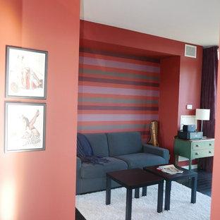 トロントの中サイズのトランジショナルスタイルのおしゃれな書斎 (赤い壁、濃色無垢フローリング、暖炉なし、自立型机、黒い床) の写真