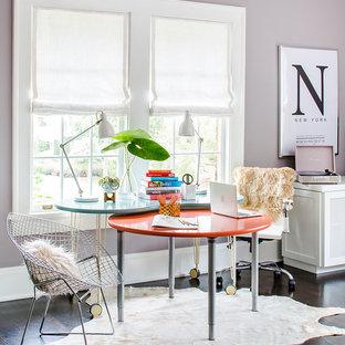 Foto di uno studio classico con pareti viola, parquet scuro, scrivania autoportante e pavimento marrone