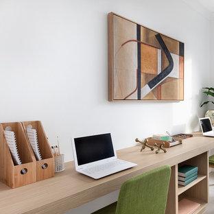 キャンベラの中サイズのミッドセンチュリースタイルのおしゃれな書斎 (白い壁、セラミックタイルの床、造り付け机、ベージュの床) の写真