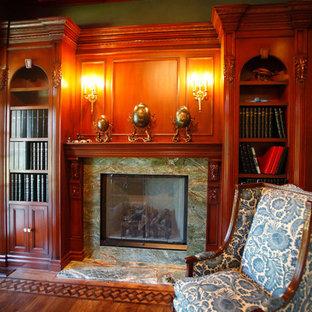 ロサンゼルスの大きいトランジショナルスタイルのおしゃれな書斎 (緑の壁、無垢フローリング、標準型暖炉、石材の暖炉まわり、自立型机) の写真
