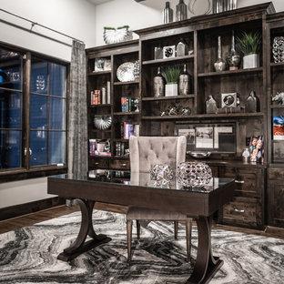 Ispirazione per un ufficio minimalista con pareti grigie, parquet scuro, scrivania autoportante e pavimento marrone