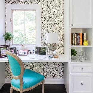 Ejemplo de despacho contemporáneo, pequeño, sin chimenea, con suelo de madera oscura, escritorio empotrado, paredes multicolor y suelo marrón