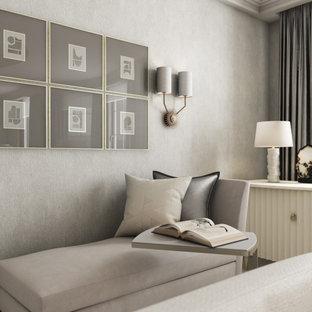 Idée de décoration pour un bureau de taille moyenne avec un mur beige, un sol en calcaire, un bureau intégré et du papier peint.