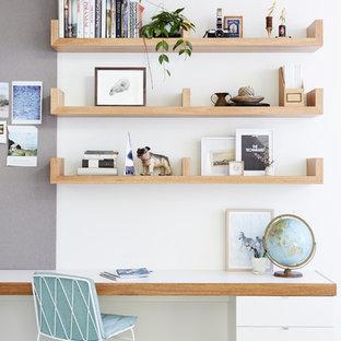 Skandinavisches Arbeitszimmer mit weißer Wandfarbe, Teppichboden und Einbau-Schreibtisch in Melbourne