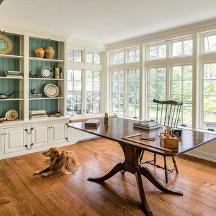 フィラデルフィアの中サイズのトラディショナルスタイルのおしゃれな書斎 (無垢フローリング、自立型机、オレンジの床、ベージュの壁、暖炉なし) の写真