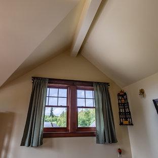 シアトルのヴィクトリアン調のおしゃれなホームオフィス・仕事部屋 (ライブラリー、黄色い壁、ラミネートの床、茶色い床) の写真