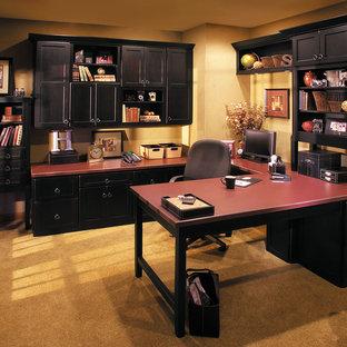 他の地域の大きいトランジショナルスタイルのおしゃれな書斎 (黄色い壁、カーペット敷き、造り付け机、黄色い床) の写真