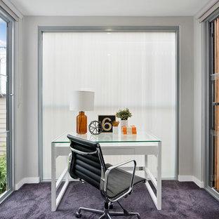 Идея дизайна: маленькое рабочее место в стиле современная классика с ковровым покрытием, отдельно стоящим рабочим столом, серыми стенами и фиолетовым полом без камина