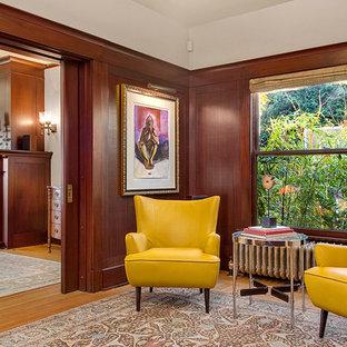 Foto di un grande ufficio classico con pareti beige, parquet chiaro, nessun camino e scrivania autoportante