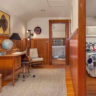 Diseño de despacho clásico, de tamaño medio, sin chimenea, con paredes beige, suelo de madera en tonos medios y escritorio independiente