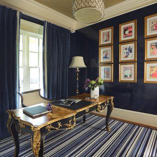 Idee per un grande studio chic con libreria, pareti blu, moquette, scrivania autoportante e pavimento blu