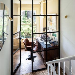Пример оригинального дизайна: кабинет среднего размера в викторианском стиле
