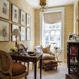 Immagine di un piccolo ufficio tradizionale con pareti multicolore, moquette e scrivania autoportante