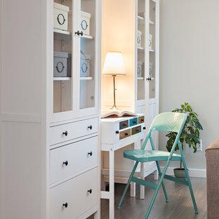 バンクーバーの小さいビーチスタイルのおしゃれなホームオフィス・書斎 (グレーの壁、自立型机) の写真