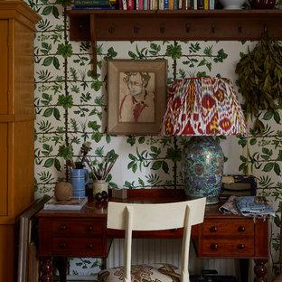 ロンドンのエクレクティックスタイルのおしゃれなホームオフィス・書斎 (マルチカラーの壁、自立型机) の写真