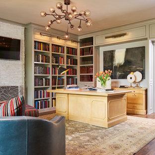 Réalisation d'un bureau tradition avec un mur beige, un sol en bois brun, aucune cheminée, un manteau de cheminée en brique, un bureau indépendant et un sol marron.