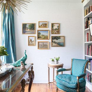 Foto di un ufficio shabby-chic style di medie dimensioni con pareti bianche, pavimento in legno massello medio, nessun camino e scrivania autoportante
