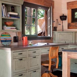 デンバーの小さいシャビーシック調のおしゃれなホームオフィス・書斎 (造り付け机) の写真