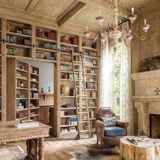 Foto di uno studio mediterraneo con pavimento in legno massello medio, camino classico, scrivania autoportante e pavimento marrone