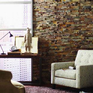 ダラスの中くらいのトランジショナルスタイルのおしゃれなホームオフィス・書斎 (茶色い壁、ラミネートの床、暖炉なし、自立型机) の写真