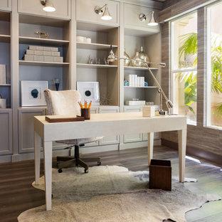 Réalisation d'un bureau tradition avec un mur marron, un sol en bois brun, aucune cheminée, un bureau indépendant et un sol marron.