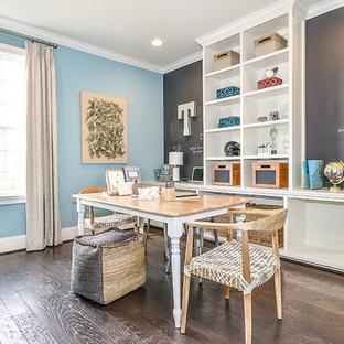 Esempio di una stanza da lavoro classica di medie dimensioni con pareti multicolore, parquet scuro, nessun camino e scrivania autoportante