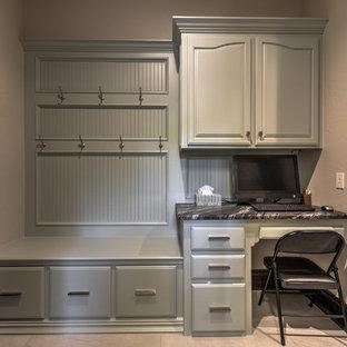 オクラホマシティの中サイズのおしゃれな書斎 (ベージュの壁、暖炉なし、造り付け机、ベージュの床) の写真