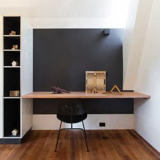 メルボルンのコンテンポラリースタイルのおしゃれな書斎 (黒い壁、無垢フローリング、造り付け机、暖炉なし、茶色い床) の写真