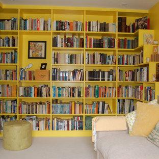 Foto di uno studio chic di medie dimensioni con libreria, pareti gialle, moquette e pavimento bianco