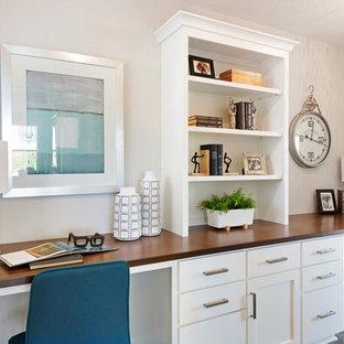 ミネアポリスのトランジショナルスタイルのおしゃれな書斎 (グレーの壁、カーペット敷き、造り付け机、ベージュの床) の写真