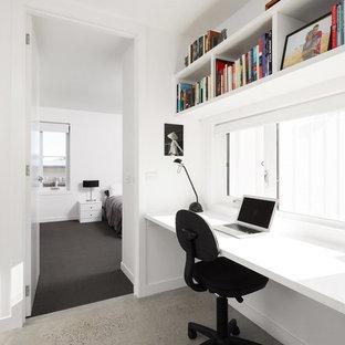 Exemple d'un bureau scandinave avec un mur blanc, béton au sol et un bureau indépendant.