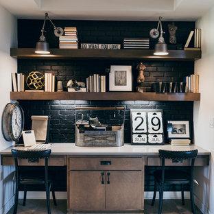 Idée de décoration pour un bureau champêtre avec un mur blanc, un sol en bois clair, un bureau intégré et un sol beige.