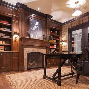 ポートランドのトラディショナルスタイルのおしゃれなホームオフィス・書斎 (無垢フローリング、標準型暖炉、タイルの暖炉まわり、自立型机) の写真
