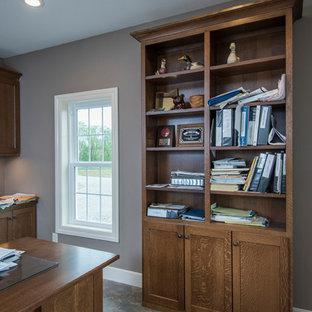 Idee per un grande ufficio tradizionale con pareti marroni, pavimento in gres porcellanato, nessun camino, scrivania autoportante e pavimento multicolore