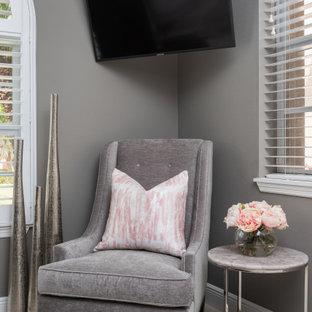 Idee per un piccolo ufficio classico con pareti grigie, pavimento in gres porcellanato, scrivania autoportante e pavimento beige