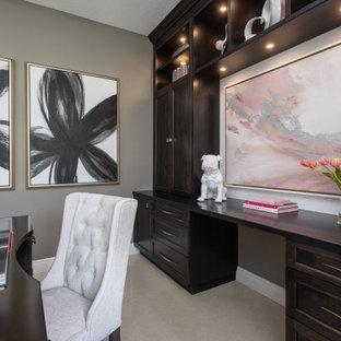 タンパの小さいトランジショナルスタイルのおしゃれな書斎 (グレーの壁、磁器タイルの床、自立型机、ベージュの床) の写真