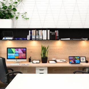 Идея дизайна: домашняя мастерская среднего размера в скандинавском стиле с белыми стенами и встроенным рабочим столом