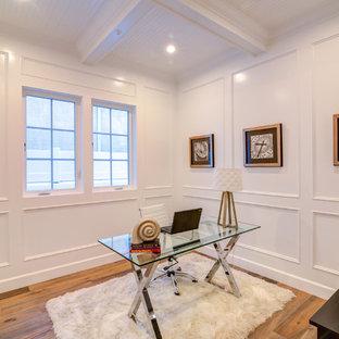 ロサンゼルスの小さいトランジショナルスタイルのおしゃれな書斎 (白い壁、ラミネートの床、暖炉なし、自立型机、茶色い床) の写真