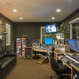 Immagine di un atelier design con pareti grigie e moquette