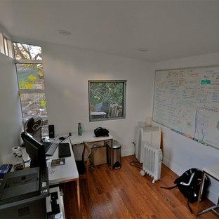 デンバーのコンテンポラリースタイルのおしゃれなホームオフィス・書斎 (白い壁、ラミネートの床) の写真
