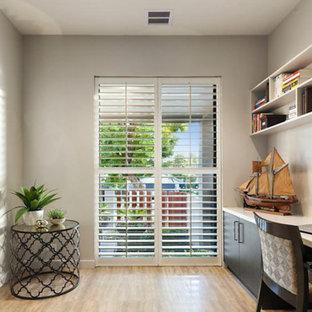 メルボルンのコンテンポラリースタイルのおしゃれな書斎 (グレーの壁、トラバーチンの床、造り付け机) の写真