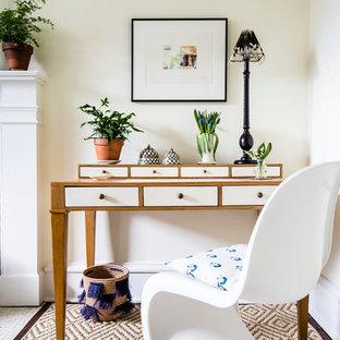 他の地域の中サイズのトランジショナルスタイルのおしゃれな書斎 (黄色い壁、カーペット敷き、標準型暖炉、レンガの暖炉まわり、自立型机、ベージュの床) の写真