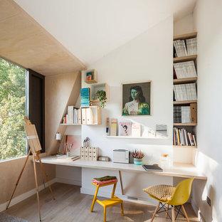 Idee per una stanza da lavoro design di medie dimensioni con pareti bianche, parquet chiaro, scrivania incassata e pavimento marrone