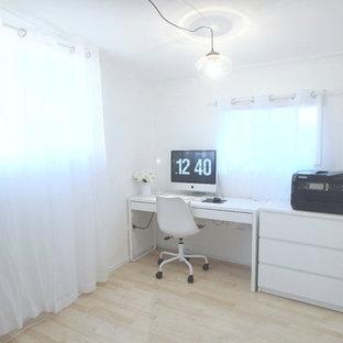 ブリスベンの小さいコンテンポラリースタイルのおしゃれな書斎 (白い壁、ラミネートの床、暖炉なし、自立型机、ベージュの床) の写真